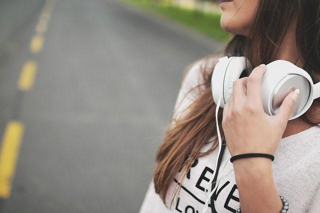 (Español) Los auriculares y efecto negativo en la audición